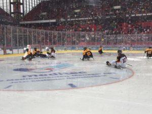 Vor über 45000 Zuschauern spielte die Nationalmannschaft etwa 15 Minuten lang Weiß vs. Schwarz.